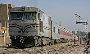 قطار  يدهس عربة