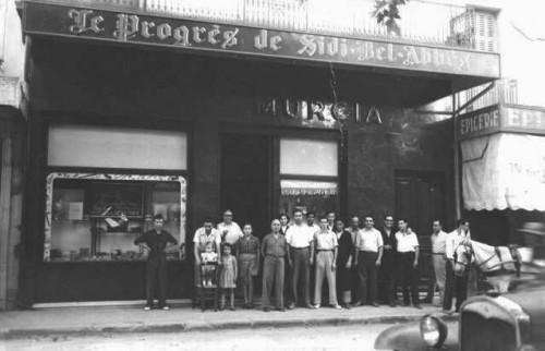 Photo prise en 1951 environ. On reconnait sur cette photo Fernand, Joseph Martinez et ses trois enfants, le grand-père, Hector, Angèle, Nounou, Carasco, Yvan et Gilbert.