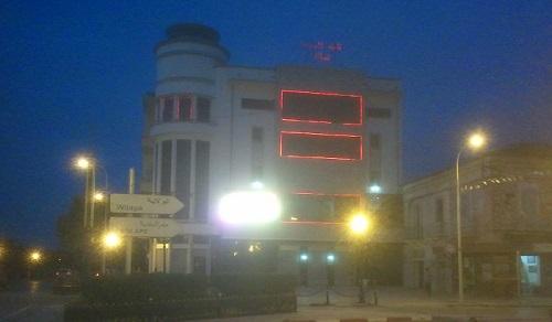 Ecran placé sur la facade du cinéma  Vox