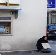 Mendicité au coin d'une banque en pleine zone piétonne au centre ville à Nice