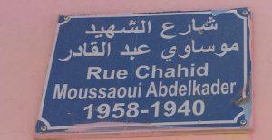Une plaque dans un village